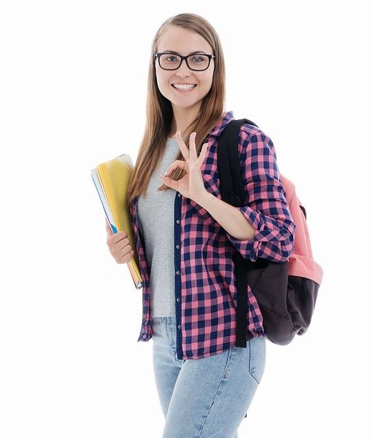 étudiante faisant un signe de la main