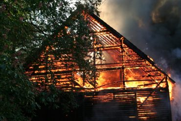 bâtiment en feu